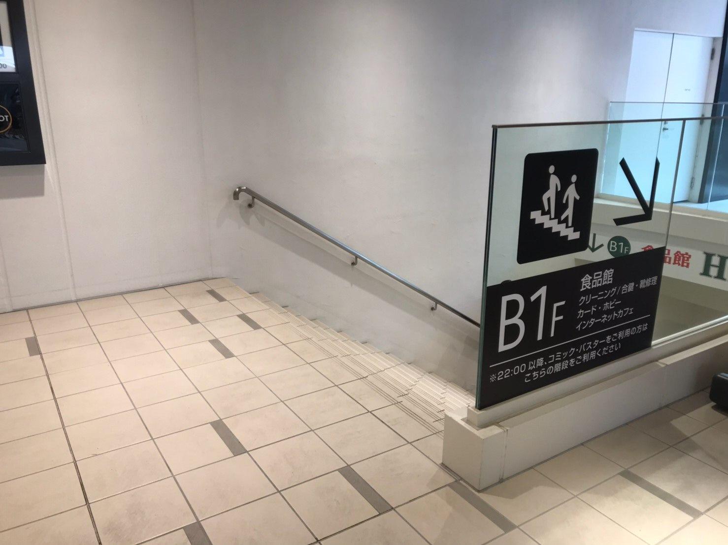 こちらの入り口から入り地下に降りますとSWITCHBODY岡山駅前店があります。